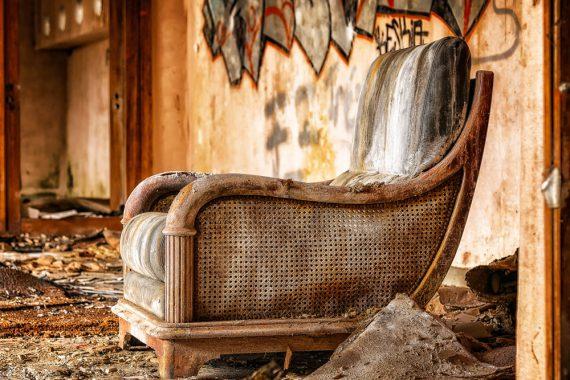 Samodzielne odnawianie mebli drewnianych – czy to trudne?